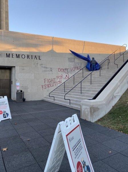 В Миссури вандалы написали на стене музея призывы не голосовать