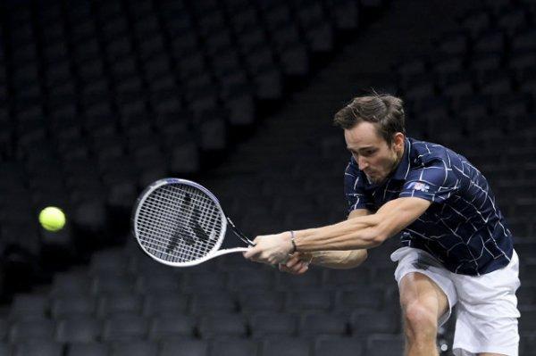 Медведев вышел в финал турнира в Париже