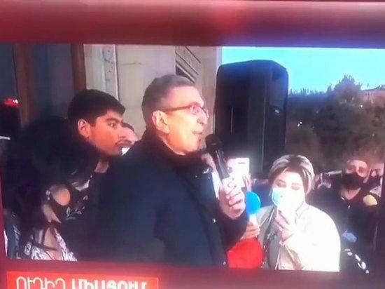 Протестующий в Ереване обратился к России: