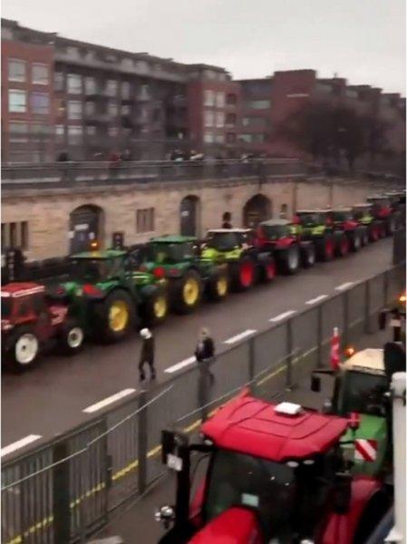 Фермеры устроили акцию протеста на тракторах в Копенгагене