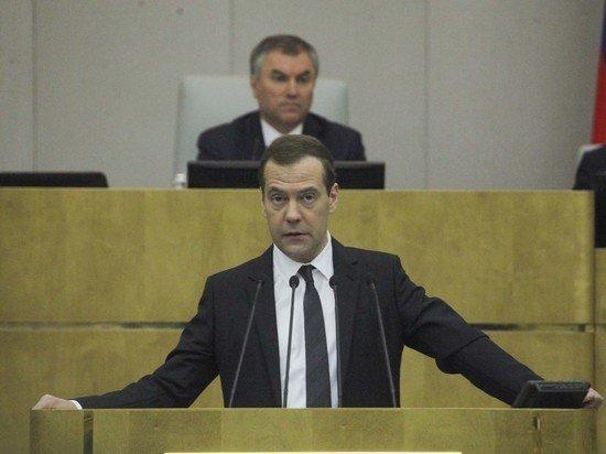 Медведев предложил предусмотреть материальную компенсацию сотрудникам за ненормированный рабочий день