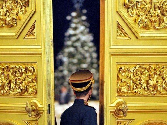 Главную новогоднюю ель России доставили в Кремль