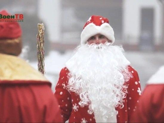 Белорусские военные Деды Морозы развезли подарки на танках
