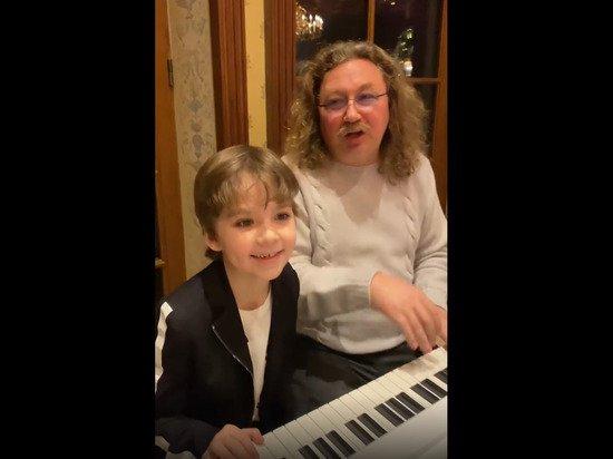 Сын Галкина покорил россиян, сыграв на рояле с Игорем Николаевым