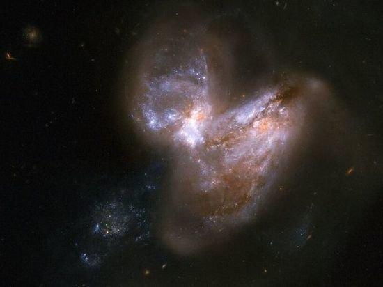 NASA опубликовало редкие снимки слияния галактик