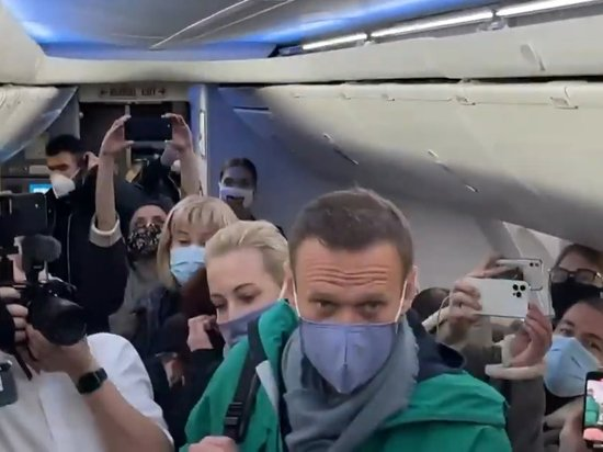 Алексей Навальный сел на рейс в Москву
