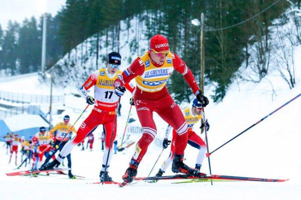Лыжник Большунов упал в скиатлоне и не попал в призовую тройку