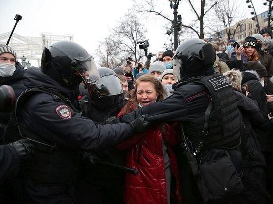 Снежок «с сюрпризом»: эксперт о том, что скрывалось за хулиганством митингующих