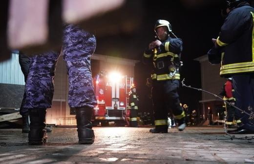 СК показал сгоревший под Тюменью нелегальный дом престарелых
