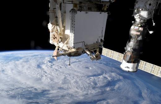 Российские космонавты подарили коллегам на МКС космические матрешки