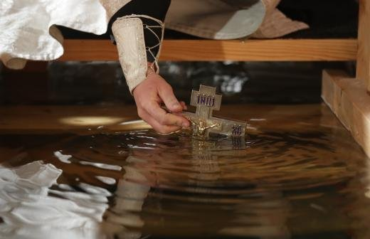 Вирусологи оценили вероятность заражения коронавирусом во время крещенских купаний