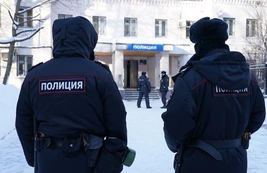 В Екатеринбурге участники незаконной акции закидали силовиков дымовыми шашками
