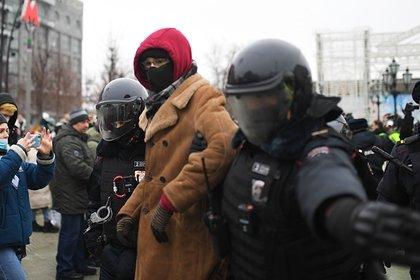 Митингующие в Москве скинули противника Навального с фонаря