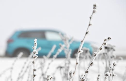 Автоинспекторы под Омском помогли семье c ребенком после поломки машины
