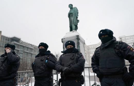 В Петербурге возбудили дело после нападения на полицейских на незаконной акции
