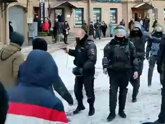 Доставшего пистолет на акции питерского полицейского разнес ветеран внутренних войск