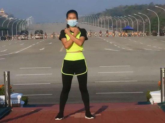 Танец девушки на фоне военного переворота в Мьянме взорвал Сеть