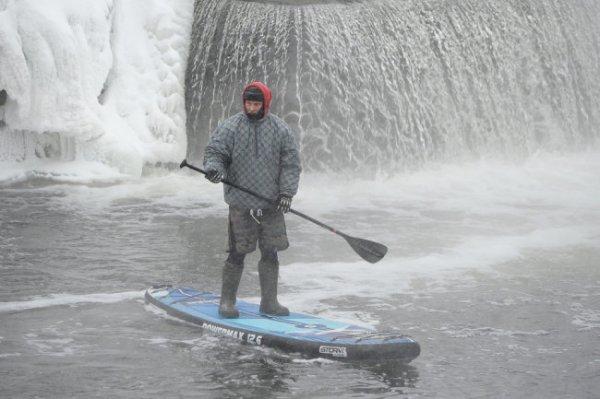 Уральцы освоили зимний серфинг с веслом