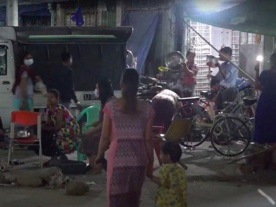 Граждане Мьянмы второй день протестуют против захвата власти военными
