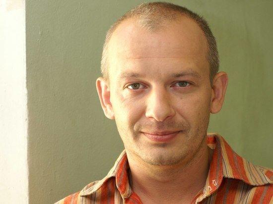 Могилу актера Дмитрия Марьянова оккупировали бомжи