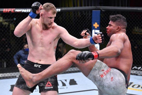 Волков отправил в нокаут Оверима на турнире UFC в Лас-Вегасе