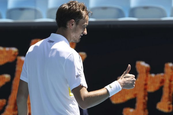 Медведев впервые в карьере вышел в четвертьфинал Australian Open