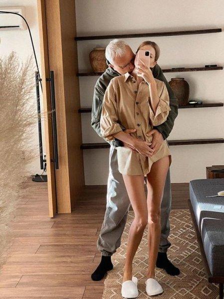 Беременная модель Перминова показала грудь иприспустила расстегнутые брюки