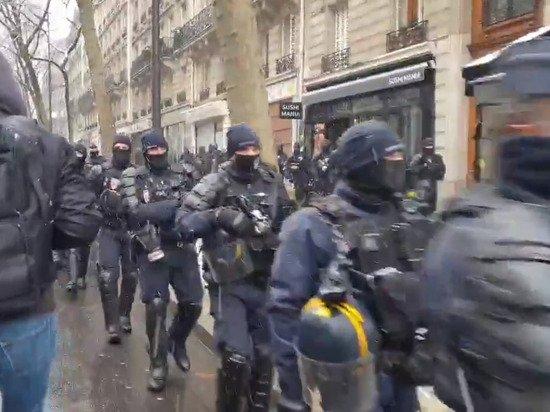 Ультраправые и ультралевые активисты одновременно вышли на протест в Париже