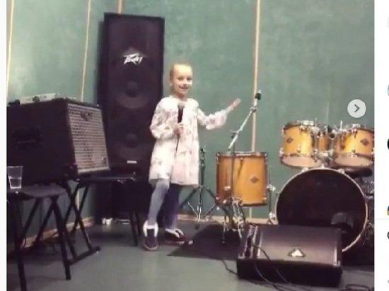 Дочь Навки и Пескова умилила россиян песней на английском языке