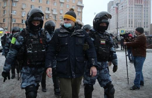 СК запросил арест ударившего полицейского на незаконной акции молодого человека