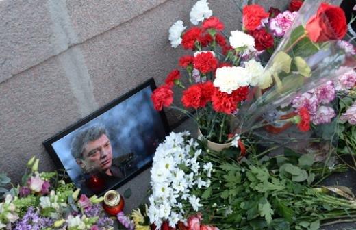 Могилу Немцова в годовщину убийства политика посетило около ста человек