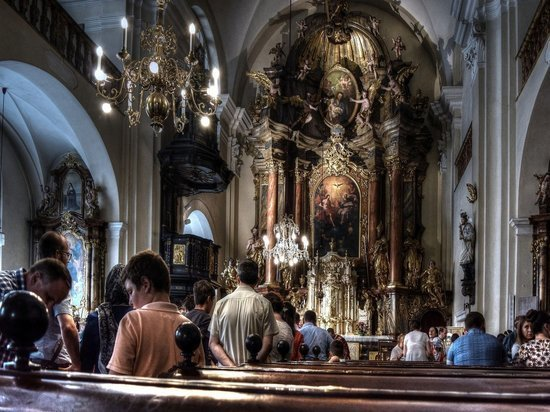 Полицейские пытались разогнать верующих с мессы в католическом храме