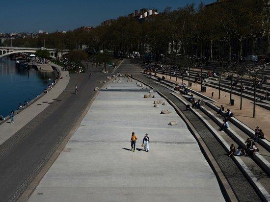 Жительница Парижа рассказала о новых пандемийных ограничениях во Франции