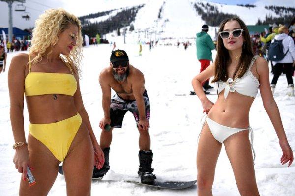 В Шерегеше обновили рекорд по массовому спуску с горы в купальниках