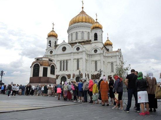 Благодатный огонь доставили в храм Христа Спасителя и Главный храм ВС России