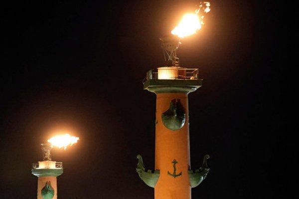 На Ростральных колоннах Петербурга зажгли факелы в честь победы