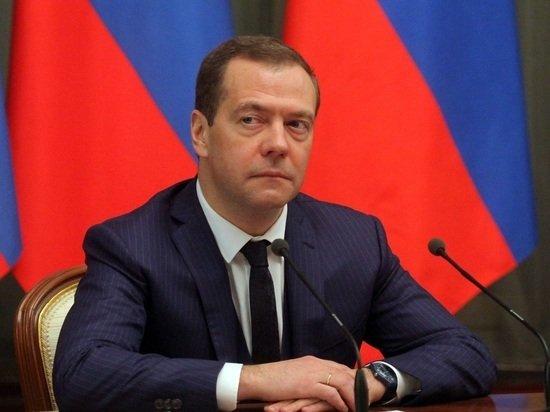 Медведев объяснился за слова об обязательной вакцинации