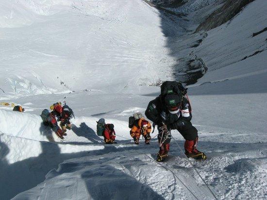 Вспышка коронавируса заразила сто альпинистов в базовом лагере Эвереста