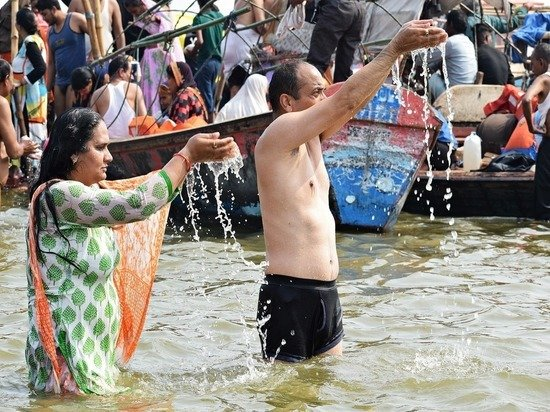 Жители Индии продолжают сбрасывать коронавирусные трупы в Ганг