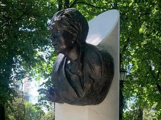 Автор скандального памятника Галине Волчек объяснил свою «задумку»