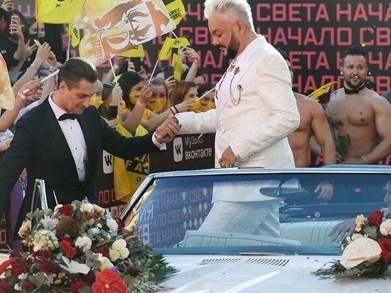 Роскомнадзор проверит трансляцию премии МУЗ-ТВ из-за мужчин в платьях