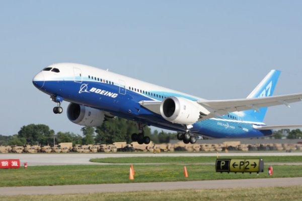 Видео: Житель Югры сдвинул на 15 метров многотонный Boeing