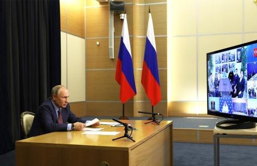 Песков назвал оскорбительными обвинения в манипуляциях с выборами