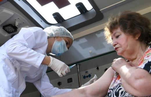 Власти Подмосковья предложили давать подарки вакцинировавшимся