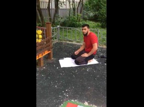 В Москве произошел скандал из-за мусульманского намаза на детской площадке