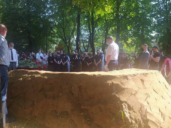 Владимира Меньшова похоронили на Новодевичьем кладбище: Вера Алентова скрывала лицо