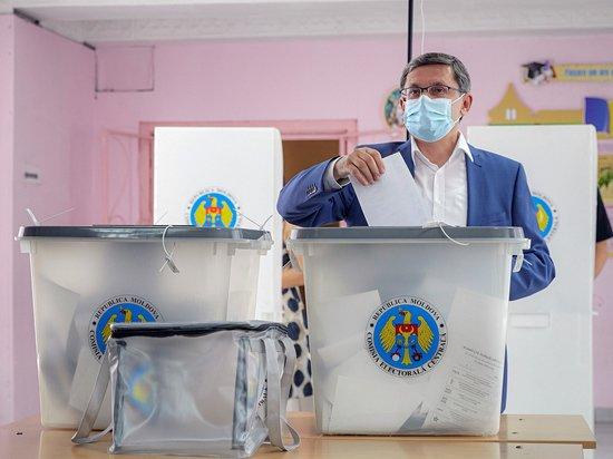 За молдавский парламент голосуют всем миром: очереди достигают 400 человек