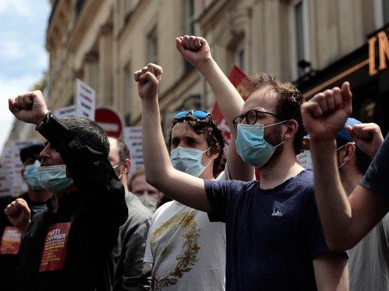 Жесткие ограничения для непривитых во Франции привели к массовым протестам
