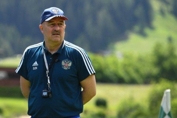 Опрос: Половина россиян поддерживает отставку Черчесова в сборной России
