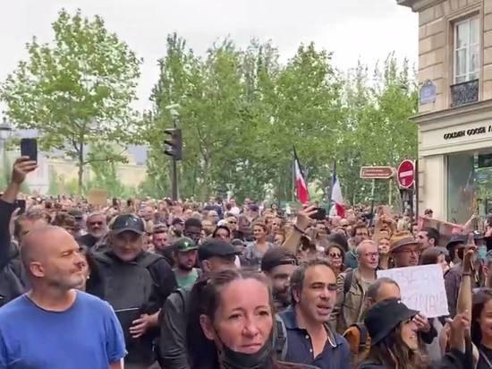 В Париже толпа без масок вышла протестовать против санитарных пропусков
